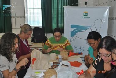 Projeto Pinípedes do Sul realiza terceira atividade de artesanato com mulheres da Vila Mangueira