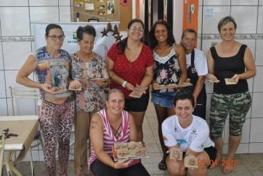 Projeto Pinípedes do Sul realiza atividades de artesanato com mulheres da Vila Mangueira